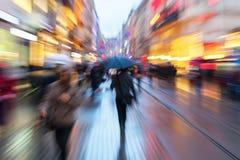 Gezoembeeld van mensen bij dageraad in beweging in de stad Stock Foto's