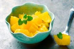 Gezoete Sinaasappelen binnen aan blauwe kommen Stock Foto's
