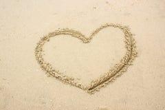 Gezogene Herzform auf Sand Stockbilder