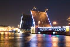 Gezogene Palast-Brücke nachts weiße, St Petersburg, Russland Lizenzfreie Stockbilder