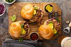 Gezogene Schweinefleischsandwiche mit Kohl und Essiggurken Stockfotografie