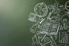 Gezogene Symbole von Schulfächern auf einer Tafel, Kopienraum Stockfoto