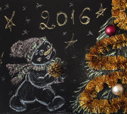 Gezogener Schneemann mit einem Weihnachtsbaum auf einem schwarzen Hintergrund handmade Lizenzfreie Stockbilder