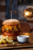 Gezogener Schweinefleisch BBQ-Burger mit Tomaten und Jalapeno wählte Fokus vor Stockfotografie