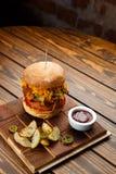 Gezogener Schweinefleisch BBQ-Burger mit Tomaten und Jalapeno wählte Fokus vor Stockbilder