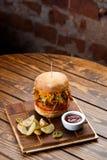 Gezogener Schweinefleisch BBQ-Burger mit Tomaten und Jalapeno wählte Fokus vor Stockbild