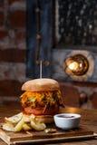 Gezogener Schweinefleisch BBQ-Burger mit Tomaten und Jalapeno wählte Fokus vor Stockfotos