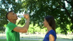 Gezond atletisch mensen drinkwater na het lopen stock video