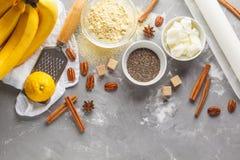Gezond baksel van banaanbrood, de ingrediënten van het veganistdessert: chia, stock afbeeldingen