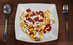 Gezond ben Behandeling met pillen Vele pillen in de plaat met s stock afbeeldingen