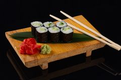 Gezond boerenkool, avocado en komkommersushibroodje op lei dienend dienblad royalty-vrije stock afbeeldingen