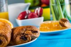 Gezond continentaal ontbijt op lijst stock afbeelding