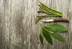 Gezond de lentevoedsel met Asperge en wild knoflook Stock Fotografie