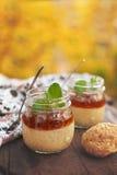 Gezond de puddingsdessert van tapiocaparels met kokosmelk en kersenjam Royalty-vrije Stock Foto