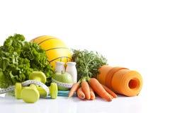 Gezond die voedsel en sportmateriaal op wit wordt geïsoleerd Stock Foto