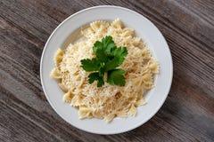 Gezond dieet Farfalledeegwaren met kaas op een witte plaat, decor royalty-vrije stock afbeeldingen