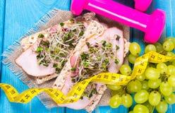 Gezond dieet Sandwiches met ham en broccolispruiten op kernachtig brood royalty-vrije stock foto