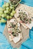 Gezond dieet Sandwiches met ham en broccolispruiten op kernachtig brood stock afbeeldingen