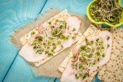 Gezond dieet Sandwiches met ham en broccolispruiten op kernachtig brood royalty-vrije stock fotografie