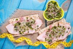 Gezond dieet Sandwiches met ham en broccolispruiten op kernachtig brood stock foto