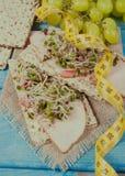 Gezond dieet Sandwiches met ham en broccolispruiten op kernachtig brood stock foto's