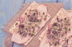 Gezond dieet Sandwiches met ham en broccolispruiten op kernachtig brood royalty-vrije stock afbeelding