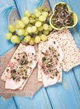 Gezond dieet Sandwiches met ham en broccolispruiten op kernachtig brood royalty-vrije stock foto's