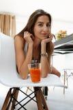 Gezond dieet Vrouw die vers sap drinkt De Voeding van het gewichtsverlies stock afbeelding