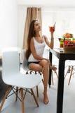 Gezond dieet Vrouw die vers sap drinkt De Voeding van het gewichtsverlies royalty-vrije stock foto