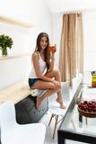 Gezond dieet Vrouw die vers sap drinkt De Voeding van het gewichtsverlies royalty-vrije stock fotografie