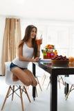 Gezond dieet Vrouw die vers sap drinkt De Voeding van het gewichtsverlies stock fotografie