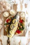 Gezond diner: zalm met groenten en citroen wordt gebakken die Stock Foto