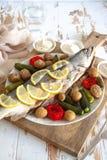Gezond diner: zalm met groenten en citroen wordt gebakken die Stock Afbeelding
