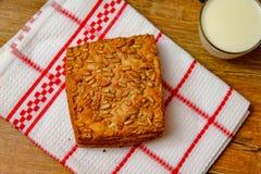 Gezond eigengemaakt gebakje met integrale bloem en zonnebloemzaden en met yoghurt stock fotografie