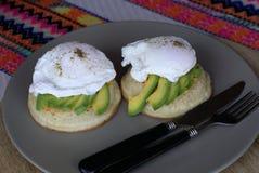 Gezond eiwitmineralendieet van gestroopte eieren en avocado Royalty-vrije Stock Fotografie