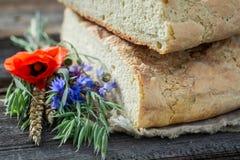 Gezond en eigengemaakt brood met papavers en korenbloemen stock afbeelding