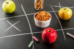 Gezond en ongezond snackconcept stock foto