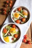 Gezond en rijk ontbijt met gebakken eieren en groenten Stock Foto