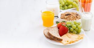 Gezond en voedzaam ontbijt met verse vruchten en groente Royalty-vrije Stock Fotografie