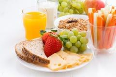 Gezond en voedzaam ontbijt met verse vruchten en groente Royalty-vrije Stock Afbeelding