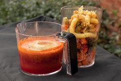Gezond fruit en plantaardige drank van een juicer royalty-vrije stock fotografie