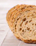 Gezond geheel korrel gesneden brood met zonnebloemzaden op bruin n Royalty-vrije Stock Afbeeldingen