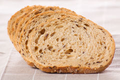 Gezond geheel korrel gesneden brood met zonnebloemzaden op bruin n Stock Afbeelding