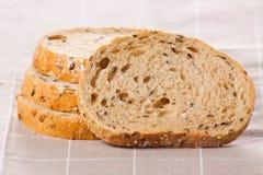 Gezond geheel korrel gesneden brood met zonnebloemzaden op bruin n Stock Fotografie