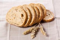 Gezond geheel korrel gesneden brood met zonnebloemzaden op bruin n Royalty-vrije Stock Fotografie