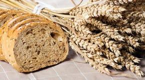 Gezond geheel korrel gesneden brood met zonnebloemzaden op bruin n Stock Foto's