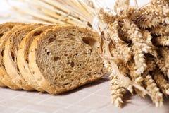 Gezond geheel korrel gesneden brood met zonnebloemzaden op bruin n Stock Afbeeldingen