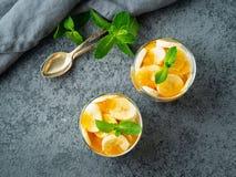 Gezond gelaagd dessert met yoghurt, banaan, mangojam, koekje i stock afbeeldingen
