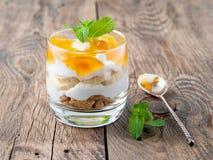 Gezond gelaagd dessert met yoghurt, banaan, mangojam, koekje o royalty-vrije stock afbeelding