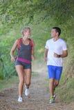 Gezond geschikt sportief paar die in aard lopen Stock Foto's